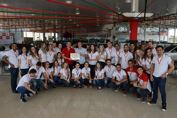 Força de trabalho da Toyolex vibra ao receber o Certificado de Concessionária do Ano 2017, merecidamente conquistado, graças a todo um trabalho meritório desenvolvido ao longo deste ano