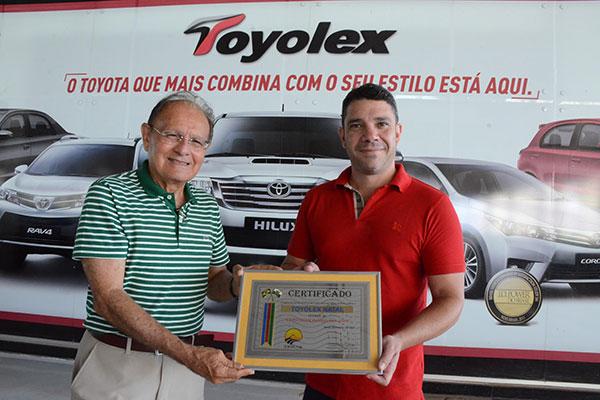 Gerente de Vendas da Toyolex, André Morais (d), recebe o Certificado de Concessionária do Ano 2017 das mãos do Editor de A&M
