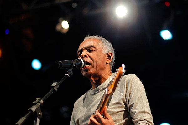Gil lança disco de inéditas com 13 canções, duas delas inspiradas nos médicos que lhe trataram