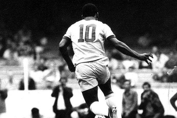 O maior camisa 10 da história do futebol mundial foi o Rei Pelé, que ensinou ao mundo que o craque do time joga geralmente naquele setor do campo