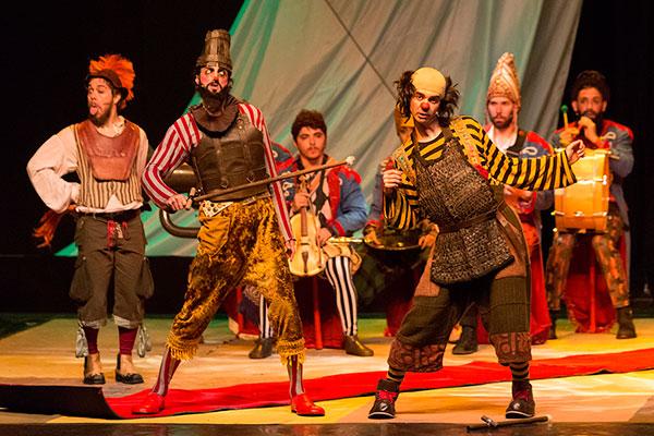 Na trama, uma trupe de circo-teatro chega a uma pequena cidade no sertão da Paraíba