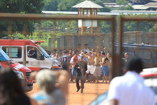 Polícia trabalha na recaptura de 105 presos que conseguiram fugir durante rebelião em detenção