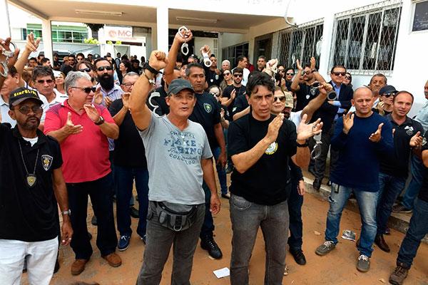 Agentes e delegados protestam em frente à Degepol