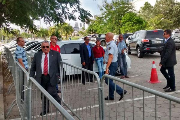 Expedito Ferreira, presidente do TJRN, chega para a reunião na Governadoria