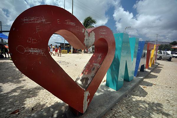 "O letreiro ""amo Natal, na Redinha, está danificado há pelo menos oito meses,  segundo ambulantes"