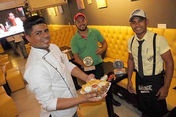 Alto astral do salão à mesa: Chef Valério, gerente Anderson Purificação e equipe