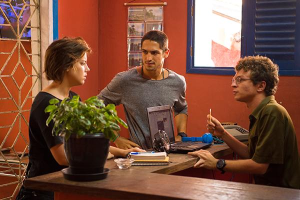 Pedro Fasanaro é Valdir, recepcionista do hotel onde Maria (Alice Wegmann) se hospeda em Sertão. Na cena, que será exibida no segundo capítulo, a jovem vai com o namorado, Hermano (Gabriel Leone), atrás do irmão desaparecido, Nonato (Marco Pigossi)
