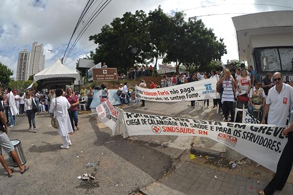 Servidores da saúde estadual fizeram protesto exigindo o pagamento em dia dos salários e melhores condições de trabalho