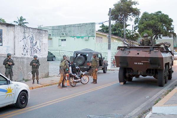 Na entrada da rua principal do bairro,  militares patrulhavam e abordavam pedestres e motoristas