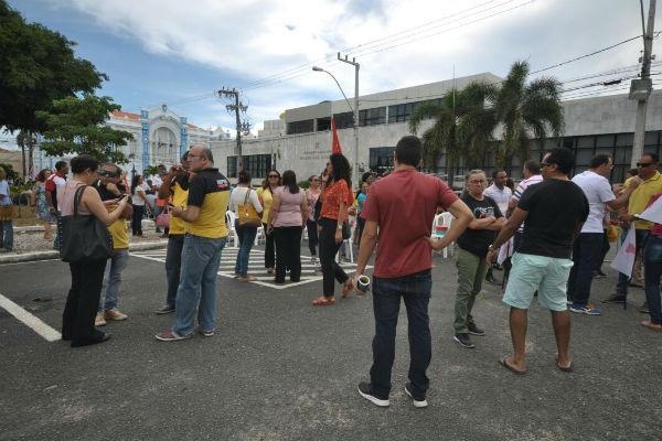 Servidores tentaram impedir a entrada de parlamentares no prédio da Assembleia