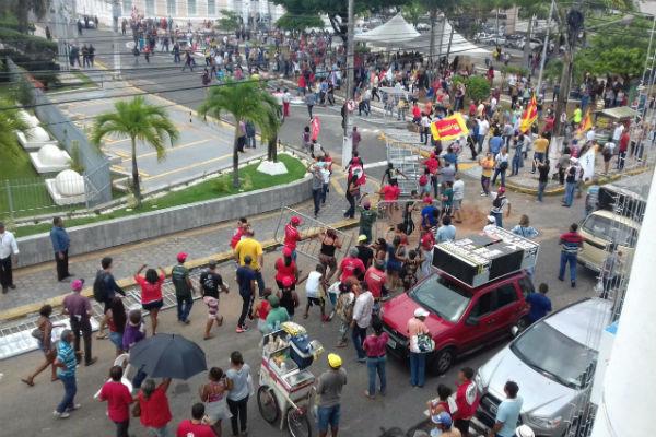 Manifestantes retiraram as grades que estavam cercando o prédio da Assembleia Legislativa