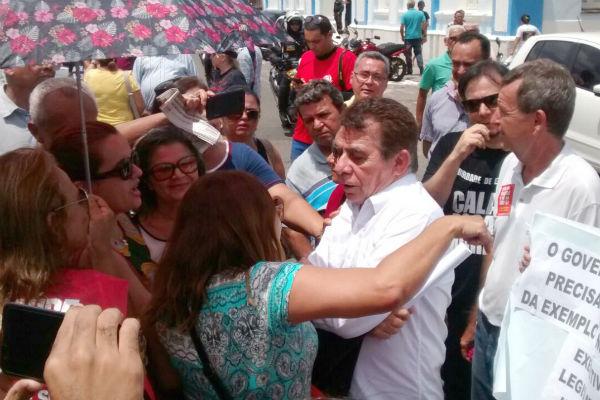 Servidores abordaram o deputado Raimundo Fernandes para impedir a entrada na ALRN