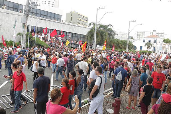 Rampa e portas laterais ficaram tomadas pelos militantes que protestaram contra o pacote de ajuste