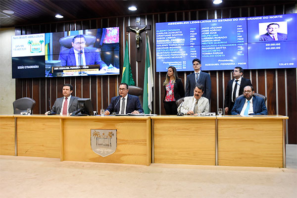 Mesa diretora coloca em votação o pedido do governo para convocação extraordinária