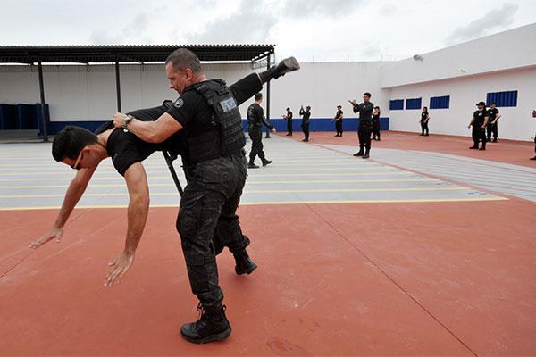 Agentes penitenciários fazem treinamentos constantes
