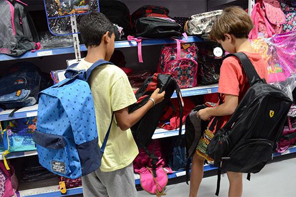 O corredor das mochilas exibe o setor mais colorido da loja, repleto de modelos nos mais variados tamanhos, formatos e estilos
