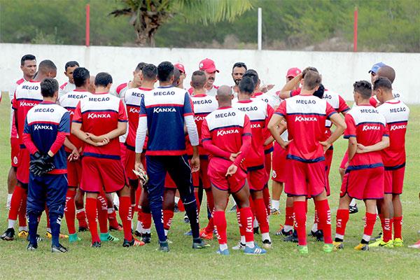 Treinador Leandro Campos cobra que o grupo americano mantenha o foco na partida de estreia