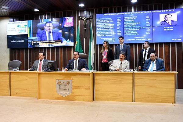 Deputados estão avaliando as propostas de ajuste fiscal