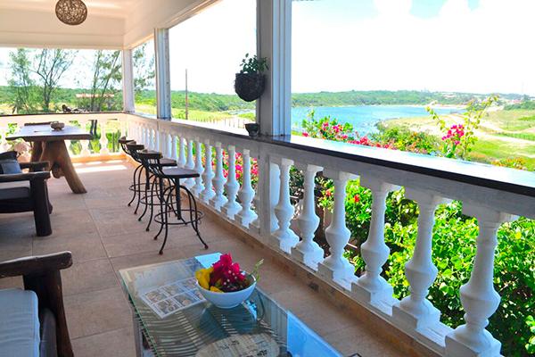 O En funciona na própria casa da família japonesa, com varanda e vista para a lagoa
