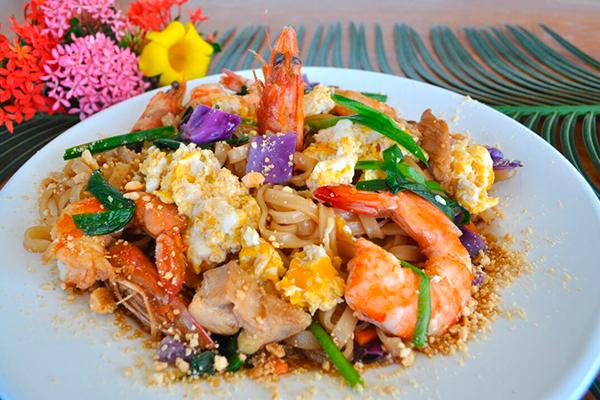No cardápio é servido o autêntico pad thai, uma massa típica tailandesa