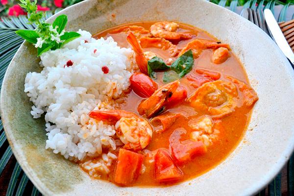 Curry vermelho ao estilo tailandês com camarões