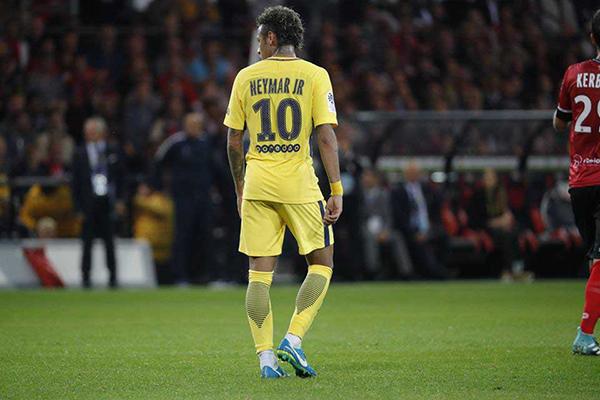 O brasileiro Neymar elevou o PSG de patamar, mas segue se envolvendo em polêmicas na França