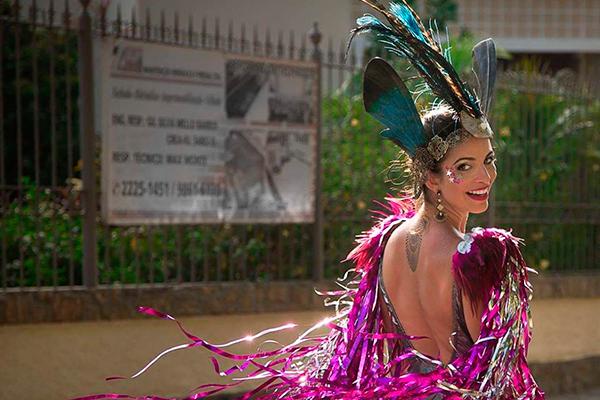 Figurinista de musicais, Carol Lobato veste peça de sua coleção Balakobako, exclusiva para o carnaval