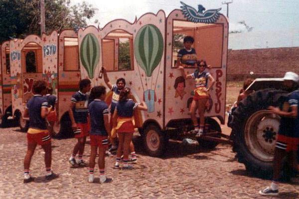 Desde 1978, bloco Psyu sai as ruas com seus famosos carroções de madeira puxados pelo trator