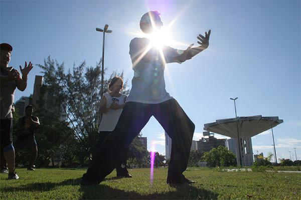 Tai Chi corrige postura, dá equilíbrio e alonga os músculos