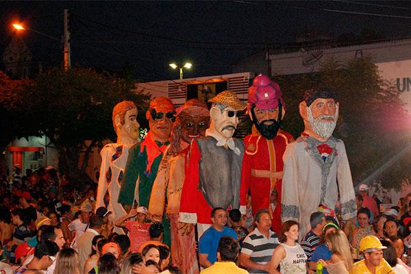 Bloco do Magão desfila todos os anos com 12 novos bonecos, todos confeccionados pelo carnavalesco fundador