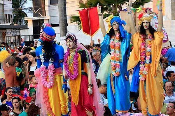 Foliões do Cores de Krishna usam sáris, túnicas e turbantes