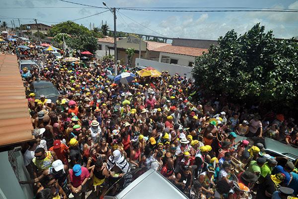 Encontro de blocos sob o sol: Baiacu na Vara e Bloco dos Garis encerram o carnaval