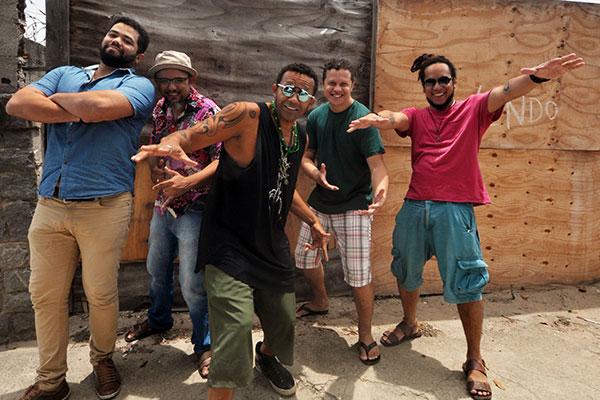Sueldo Soares e banda trazem show e suingue revigorado