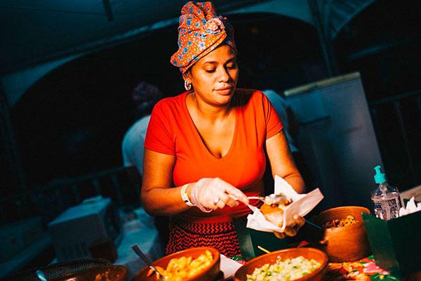 Cantora faz acarajés artesanais por encomenda, e uma vez por mês recebe o público na calçada de casa, em Ponta Negra
