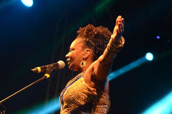 Margareth Menezes levanta a massa com seu afro-pop e clássicos do samba-reggae