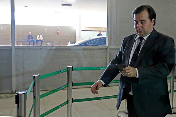 Rodrigo Maia, presidente da Câmara, adia discussão em plenário para cassação dos mandatos