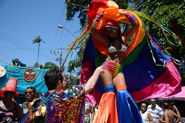 No Bloco das Carmelitas (Rio), tolerância com as diferenças sexuais e religiosas animou os foliões