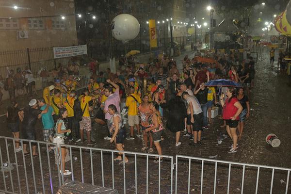 No polo Petropólis, a chuvas da noite de sexta-feira (09) dispersou o público antes da apresentação do cantor Eduardo Dusek