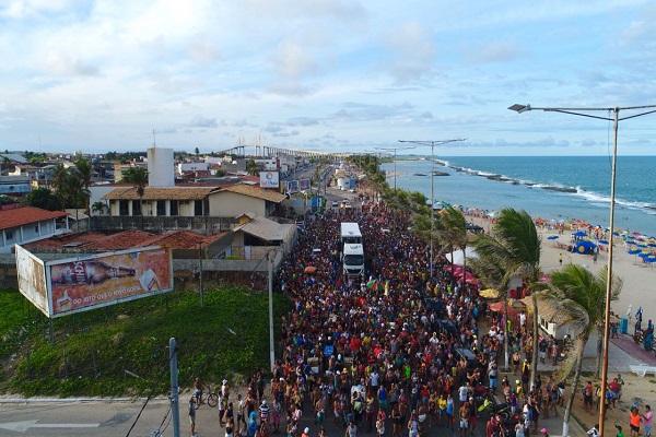 Circuito de trios na Praia dos Artistas atrai foliões e prossegue até esta terça-feira
