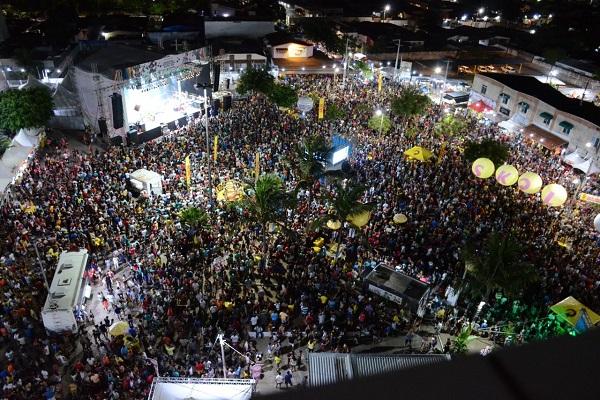 Foliões lotam praça de Ponta Negra para último dia de folia