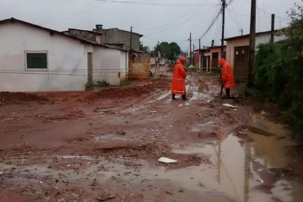 Rua Vulpiano Cavalcante, em Igapó, ficou interditada após a abertura de uma cratera