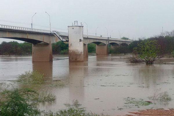 Com as chuvas registradas, o volume de água no leito do rio Piranhas, que alimenta a barragem Armando Ribeiro Gonçalves, tem aumentado nos últimos dias