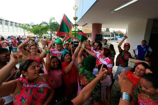 Integrantes da Balanço do Morro comemoram resultado