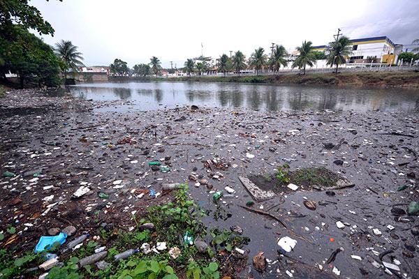 Na Lagoa do Preá, devido às fortes chuvas que caíram nas últimas horas, fez com que uma grande quantidade de lixo se acumulasse no local