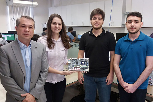Professor Marcelo Fernandes orienta os estudantes Wysterlânya Kyury, Felipe Lopes e Daniel Morais no desenvolvimento da ferramenta