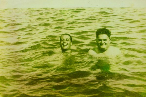 Em Pirangi, com o amigo Câmara Cascudo. Família Pedroza era proprietária do terreno onde está o maior cajueiro do mundo