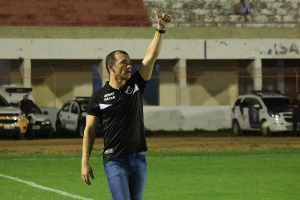 Ranielle Ribeiro criticou gramado do Nogueirão, mas enalteceu vitória do ABC