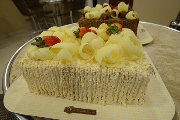 Novidade entre os bolos finos: Abacaxi com hortelã e o Alpino preto e branco