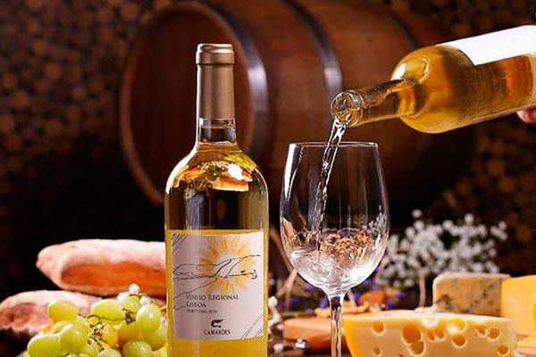 O vinho branco é produzido pela Quinta do Sebastião e é avaliado como gastronômico, ideal para harmonizar com os pratos do Camarões
