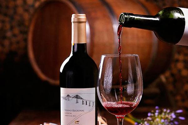 O vinho tinto é produzido na Quinta de São Sebastião, em Lisboa. Se define como intermediário, entre leve e encorpado